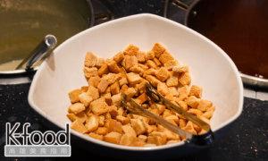 《赤鬼炙燒牛排》搭配玉米濃湯的烤吐司邊